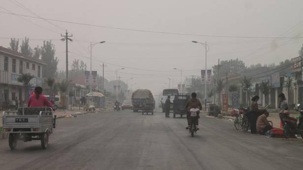Eine Straße in China, die in Smog gehüllt ist