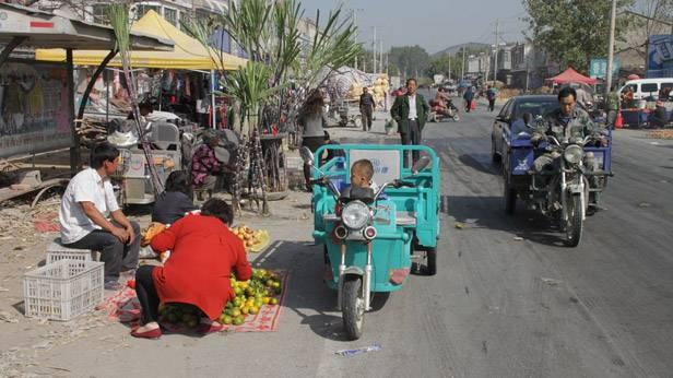 Ein Kind auf einem Motorroller