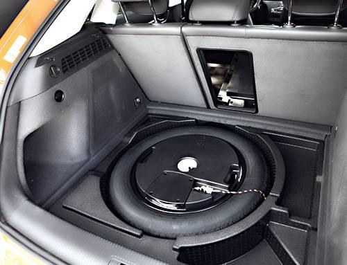 audi q3 tdi quattro dauertest s-tronic rot kofferraum reserverad subwoofer orange