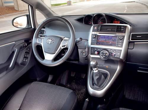 Toyota Verso 2,0 D-4D 125 Active weiß innenraum cockpit armaturen