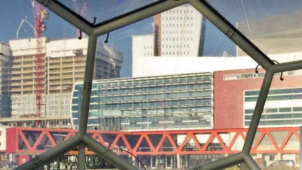 Die Glasfront eines Gebäudes von innen