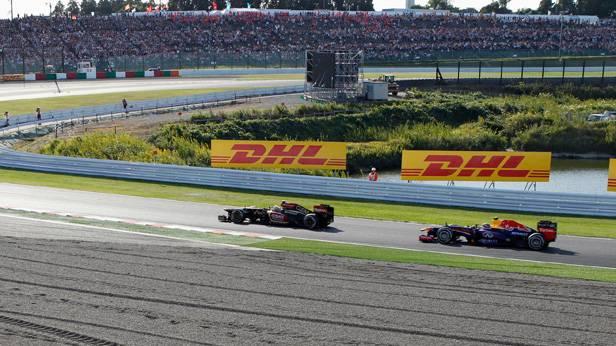 3 Runden vor Schluss beißt sich Webber die Zähne an Grosjean aus. Erst in der vorletzten Runde geht er vorbei und fixiert den Red Bull Doppelsieg