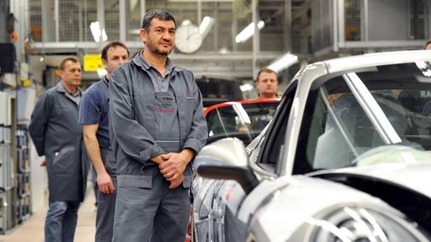 Mitarbeiter im Porsche Werk Stuttgart-Zuffenhausen am Produktionsband