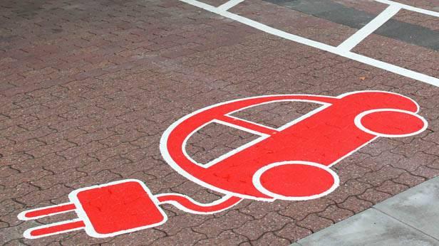 Symbol für die Aufladestation für E-Autos auf dem Parkplatz