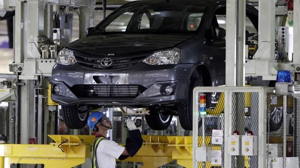 Ein Toyota Etios Valco wird im Werk in Karawang angefertigt