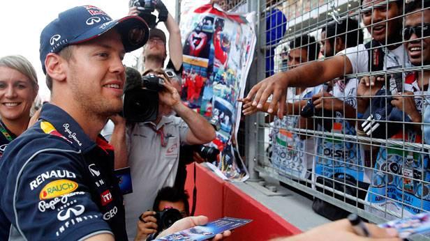 Sebastian Vettel gibt vor dem GP Indien Autogramme
