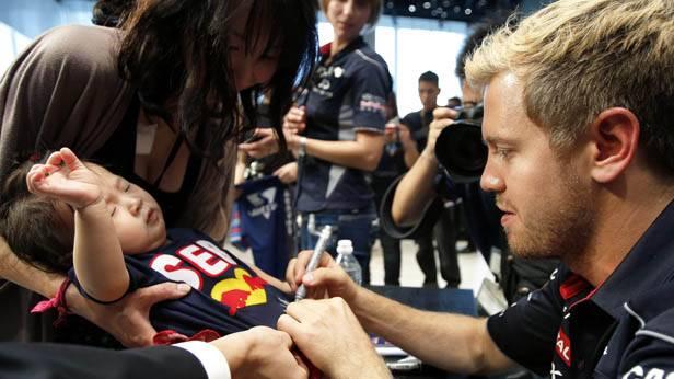 Sebastian Vettel vor dem GP von Japan bei einer Autogrammstunde