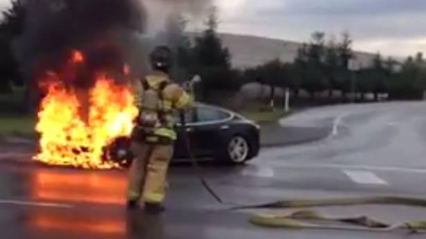 Ein Tesla Model S brennt...