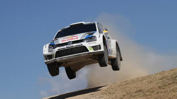 Ein Rennauto von VW in der Luft bei der Rallye-Italien.