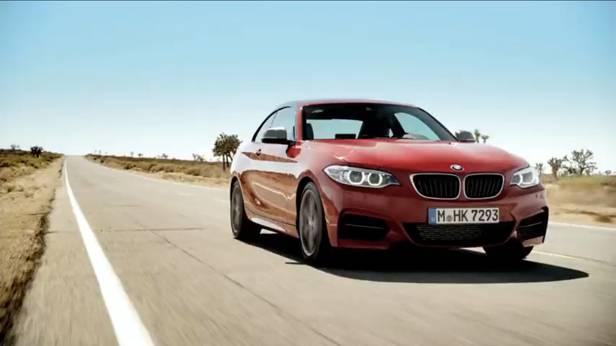 Ein roter BMW M235i in der Wüste