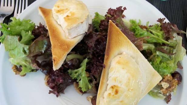 Mit Honig und Nüssen marinierter Salat mit warmem Ziegenkäse in der Brasserie Le Meierhof