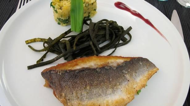 Dorade mit gelben Linsen, Bärlauch und Meerfisolen in der Brasserie Le Meierhof