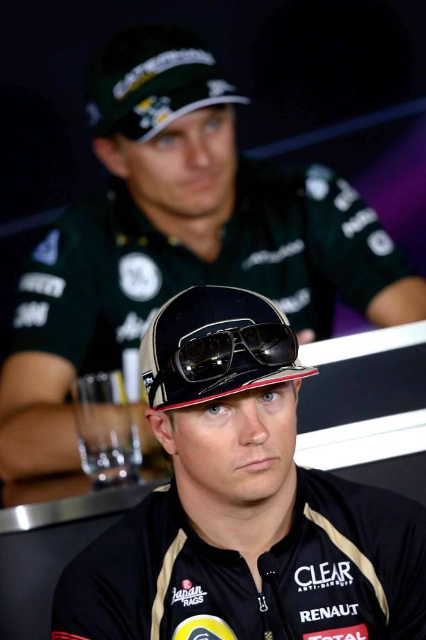 Heikki Kovalainen sitzt hinter Kimi Räikkönen bei einer Pressekonferenz