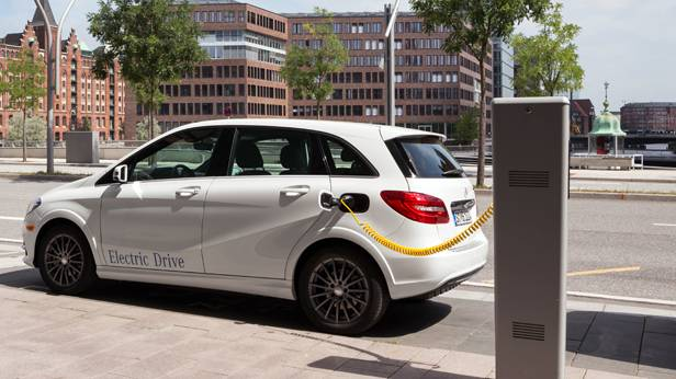 Eine weiße Mercedes-Benz B-Klasse Electric Drive tankt Strom