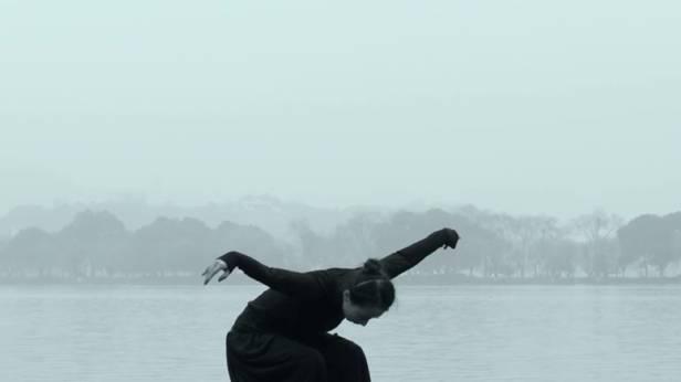 Tänzerin auf einem verschneiten See in China