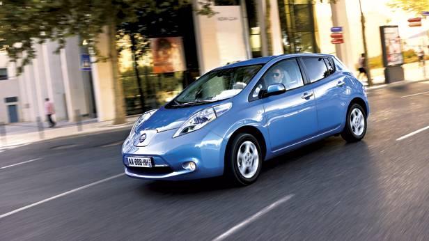 Nissan Leaf in blau auf der Straße.