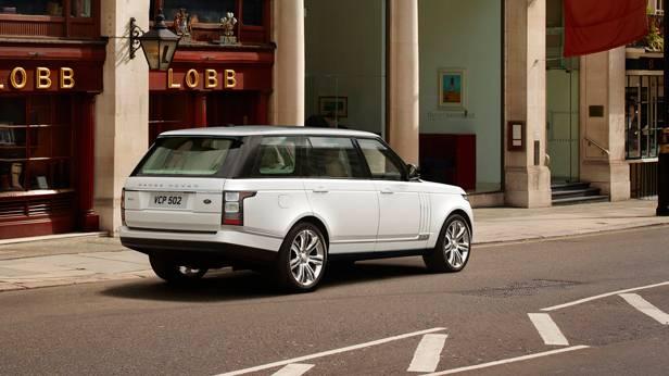 Range Rover LWB 2014 weiß statisch von hinten auf der Straße.