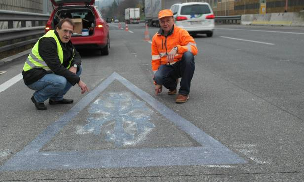 Ab einer gewissen Temperatur verfärben sich die Schneekristalle und sollen Autofahrer so auf Glättegefahr aufmerksam machen.