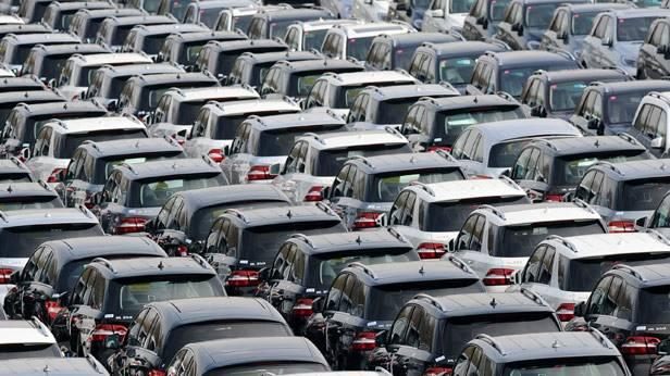 Unzählige Neuwagen vor der Auslieferung auf einem Parkplatz