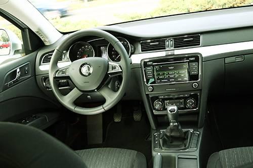 Skoda Superb Combi Elegance TDI Green Tec innen innenraum cockpit