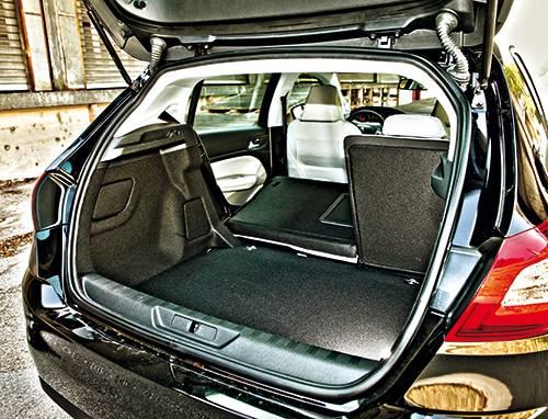 Peugeot 308 active hdi schwarz kofferraum innen