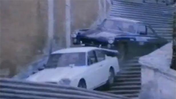 //// Für maximalen Effekt lässt der Regisseur gleich drei nationale Wahrzeichen aufeinander los: Ferrari, Lancia & die Treppe