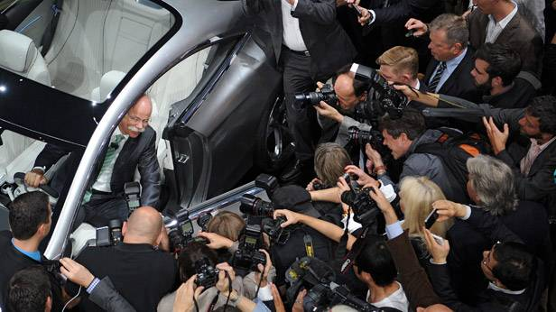 Der Daimler-Chef Dieter Zetsche auf der IAA 2013 von Pressefotografen umzingelt.
