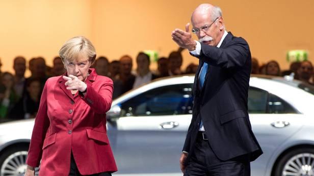Daimler-Chef Zetsche mit Bundeskanzlerin Merkel bei der IAA 2013 in Frankfurt