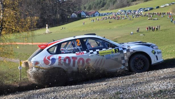 Der polnische Subaru Impreza-Pilot Kajetan Kajetanowicz lag nach 6 von 13 Sonderprüfungen um 1,2 Sekunden voran.