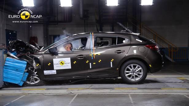 Der Mazda3 beim Crashtest