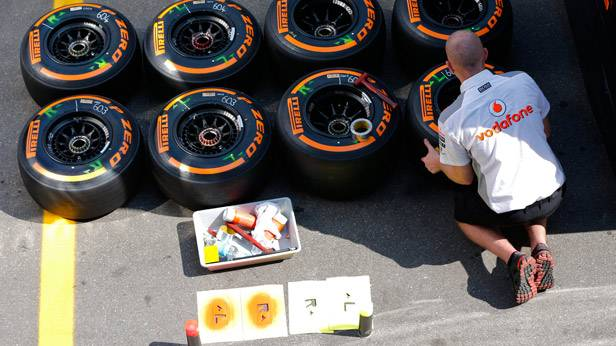 Ein Techniker bearbeitet Formel-1-Reifen von Pirelli