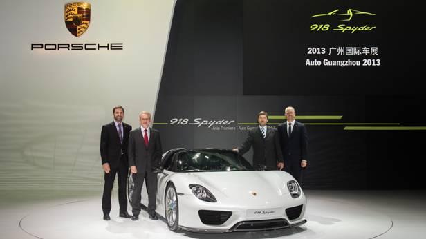 Der Porsche 918 Spyder wird in Guangzhou präsentiert.