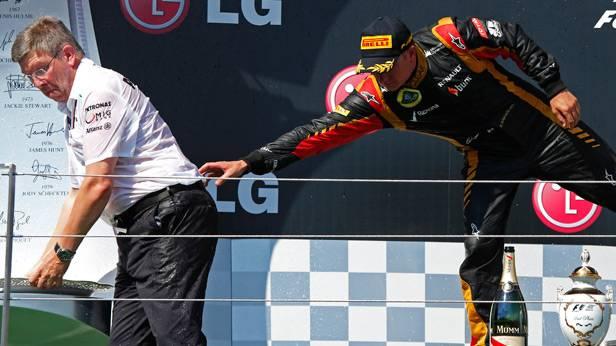 Ross Brawn wird von Kimi Räikkönen bei der Siegerehrung am Hungaroring 2013 zurückgehalten