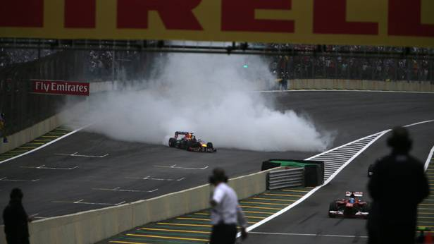"Sebastian Vettel feiert seinen Sieg in dem er ein paar ""donuts"" fährt"