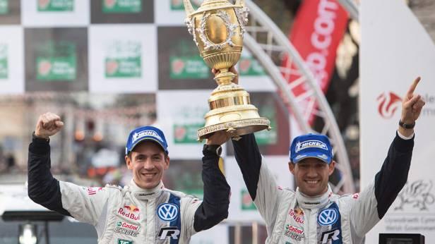 Sebastien Ogier und Julien Ingrassia freuen sich übeSebastien Ogier und Julien Ingrassia bei der Siegerehrung in Walesr den Sieg in Wales