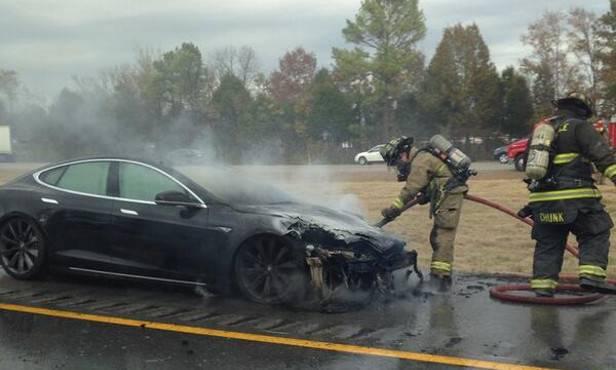 Fotos eines weiteren ausgebrannten Model S tauchten im Internet auf - und das Vertrauen in Tesla (und Elektroautos) sinkt weiter.