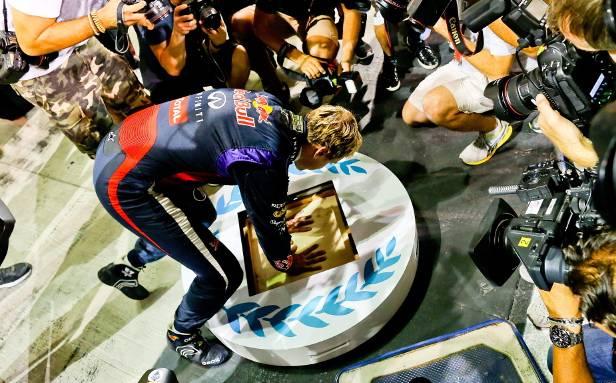 Mit seinen 26 Jahren tritt Vettel nicht nur in große Fußstapfen, sondern hinterlässt auch Handabdrücke.