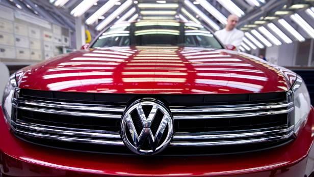 Weltweit müssen 800.000 VW Tiguan zurück in die Werkstätten, in Österreich sind 17.502 Fahrzeuge betroffen. Die Reparatur am Licht soll laut Unternehmensangaben nur wenige Minuten dauern.