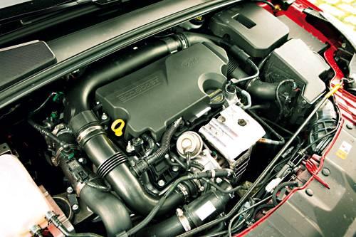 Ford Focus 1,0 EcoBoost Titanium Traveller rot 2012 motor motorraum