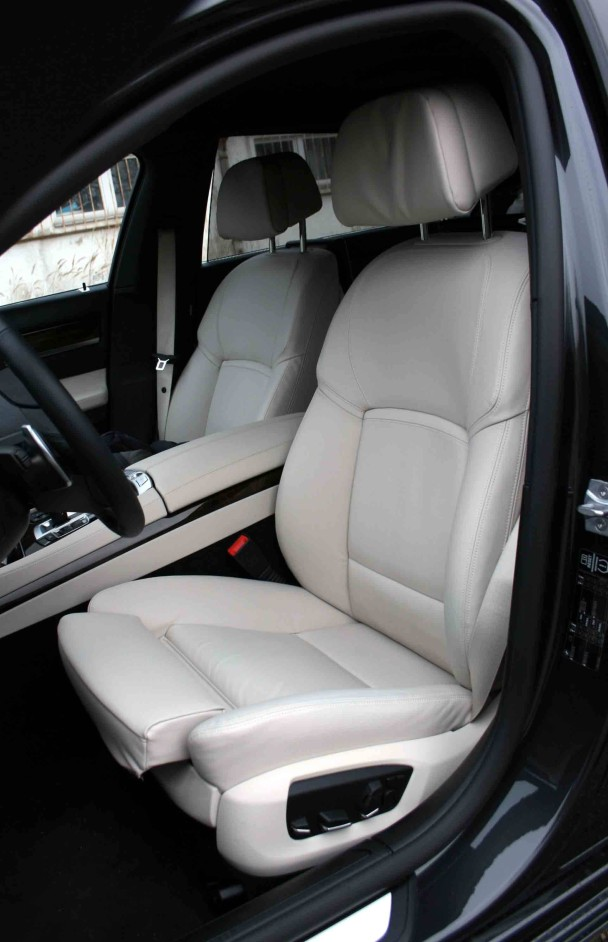 Der BMW 750 Li vorne