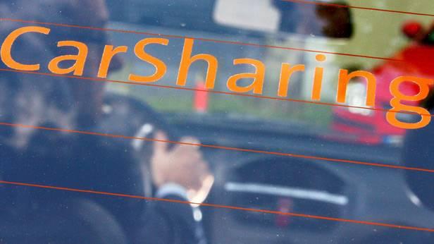 Der Schriftzug Carsharing auf einer Heckscheibe.