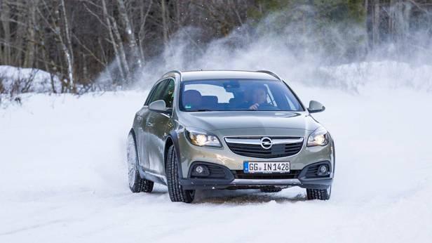 Der Opel Insignia Country Tourer auf Schneefahrbahn