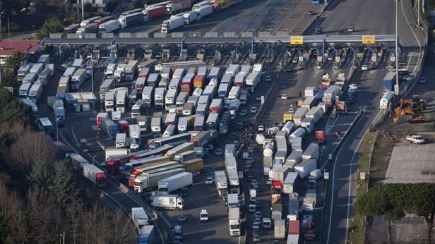 Eine, von italienischen LKW-Fahrern, blockierte Autobahn in Italien.