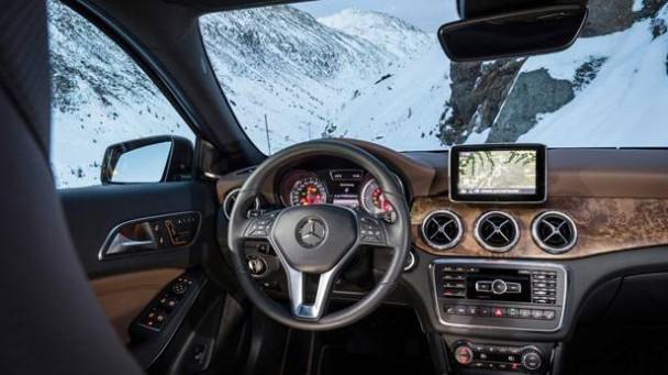 _Mercedes-Benz-GLA-220-CDI-lenkrad-cockpit