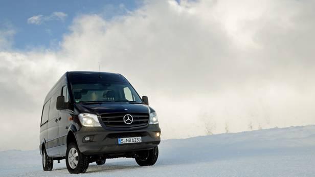 Der Mercedes-Benz Sprinter 4x4 auf Schneefahrbahn von vorne