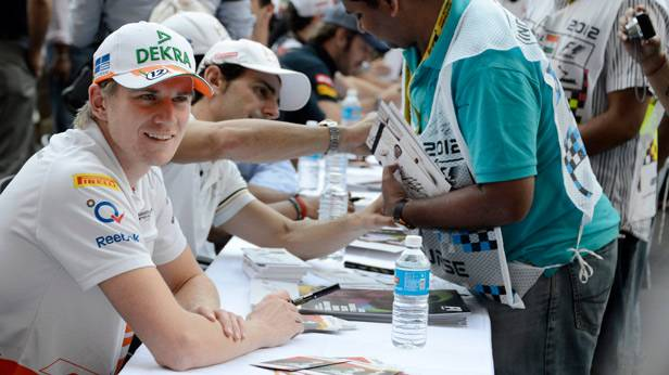 Nico Hülkenberg bei einer Autogrammstunde in Indien