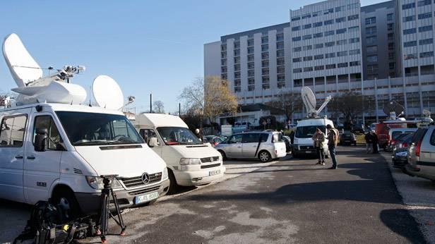 Presseautos vor dem Krankenhaus in Grenoble.