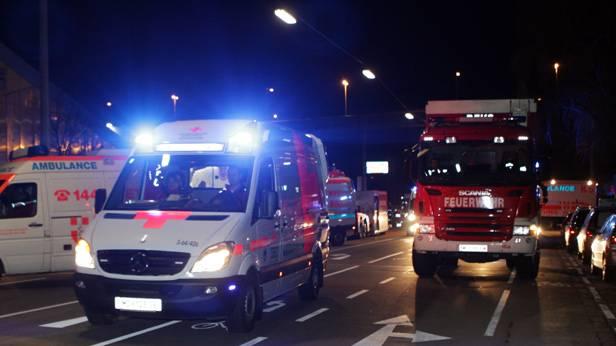 Rettung mit Blaulicht neben einem Feuerwehrauto