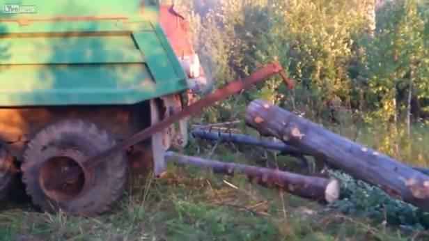 Russischer Lastwagen mit Kranarm am Rad.