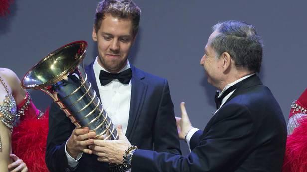 Sebastian Vettel erhält die WM-Trophäe von Jean Todt